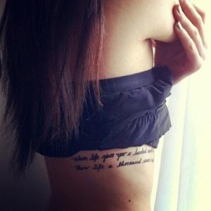 tendance-tatouage-phrase-femme-cote