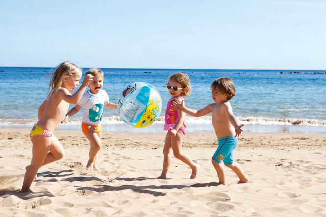 bien-proteges-du-soleil-et-equipes-pour-les-premieres-brasses-les-enfants-peuvent-s-amuser-sur-la-plage.-4250-664-0.jpg